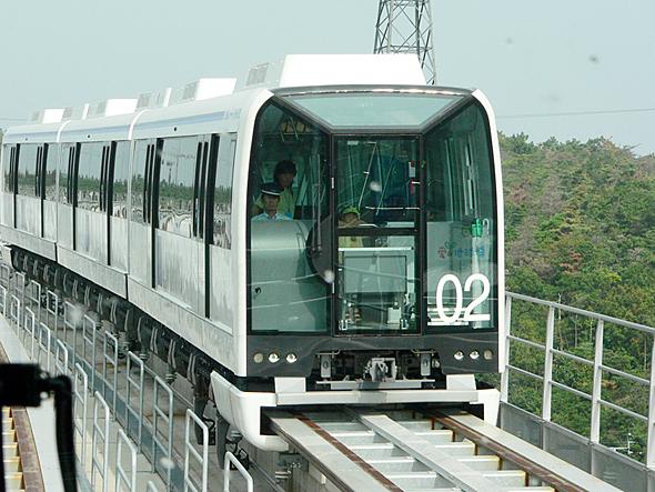 「リニモ」こと愛知高速交通東部丘陵線。台車がレールを抱える構造だ