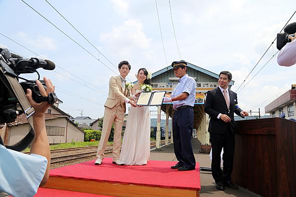 駅長が証人代表となり、乗車券付きの結婚証明書を授与