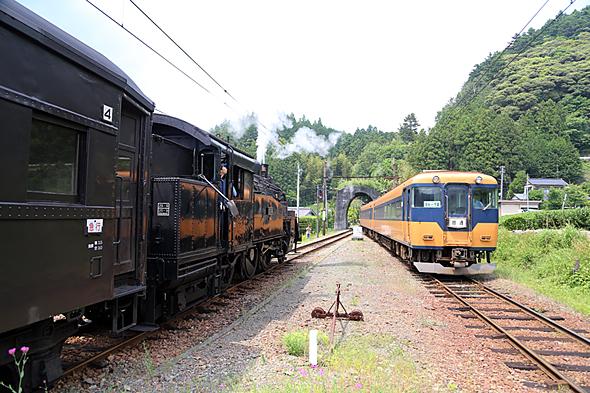 大井川鐵道の象徴的な列車のすれ違い。観光向けにSL、普通列車向けに近鉄や南海の古い特急形車両が走る