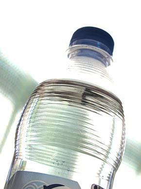 熱中症対策に水分補給は重要だ(写真:足成)