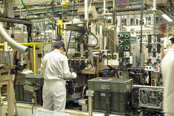 マツダの防府工場では、金属の地金(インゴッド)から鋳造、鍛造、切削、表面加工、組み立て、テストまで、トランスミッションの生産のほとんどをこなす。写真は組み立て工程の1つ