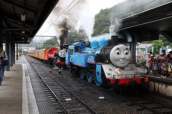 トーマスとジェームスの重連運転は7月9日だけ。千頭駅の入れ替えはかなり手間がかかった。まずトーマスを切り離し、ジェームズが客車を押して後退し、トーマスがポイントを渡って隣の線路に入り……