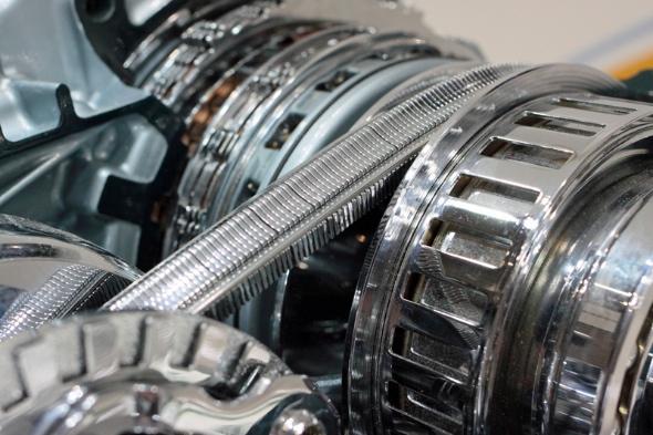 CVTとはContinuously Variable Transmissionの略。連続可変変速機という意味だ。ベルトに金属片のコマを通し(5円玉に紐を通したような状態)、油圧などで有効幅を変える二つのプーリーで挟んで動力を伝達する。コマは圧縮側で動力伝達すると金属棒と一緒なのでベルトは切れない。ただし、プーリーとコマの間は摩擦で力を伝えるのに、コマとベルトの間の潤滑のために油が必要だ。ショックが無いスマートさが売りだが、複雑でメインテナンスが難しい