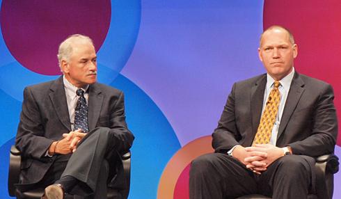 米VISAでCIOを務めるマイケル・ドライヤー氏(右)