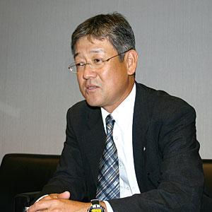 ハヤシ・カズヒコ 1978年、トヨタ自動車に入社。以来、走行、シャーシ系、パワートレイン系の電子制御システムの開発や設計を担当してきた。1989年から4年間は欧州に駐在。1993年から再び、パワートレイン系やシャーシ系電子制御システムの開発に携わる。2004年に第2電子技術部長、2005年に第1電子技術部長、2007年4月からBR制御ソフトウエア開発室長、現在に至る。