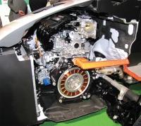 写真2 車両前部に配置したエンジンとモーター