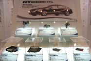 写真2 FCXクラリティの燃料電池システム用ECUと関連部品