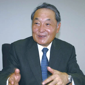 ウサミトオル1974年、アルプス電気に入社。1990年にアルパイン第一国際部長、1994年にアルパイン統括部長に就任。1997年、アルパイン・ヨーロッパ社長として欧州へ赴任。2002年、純正担当理事として帰国。2004年、取締役アルパイン・アメリカ社長として米国へ赴任。2008年4月に帰国し、技術開発統括担当常務取締役に就任。2009年6月、専務取締役に就任。
