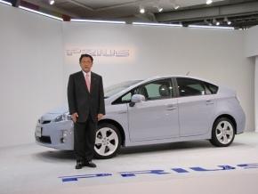 写真13代目「プリウス」とトヨタ自動車の豊田章男氏