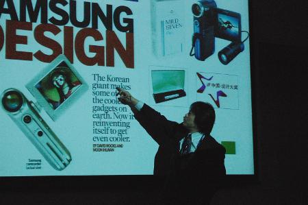 「SAMSUNG DESIGN」として『Business Week』誌に紹介された際の表紙デザインを示す小黒氏