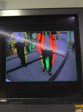 カメラに接近していると障害物が赤色に縁取られる