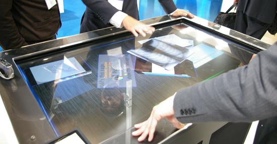 パイオニアソリューションズのマルチタッチ操作が可能な「ディスカッションテーブル」