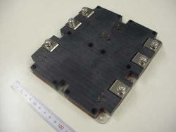 写真1 巻き線切り替え部の制御回路に用いられるSiCパワーモジュール