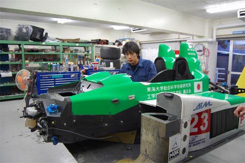 製作中のレーシングカー