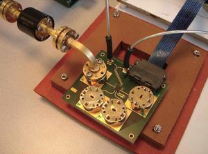 写真2「eWLB」を適用した送受信ICの試作品(提供:Infineon社)