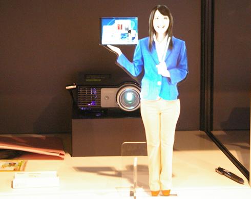 背面投影で人型パネルが喋っているように見える大日本印刷の「CHARALOID」