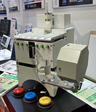 コアが展示した「食事支援ロボット」(1)