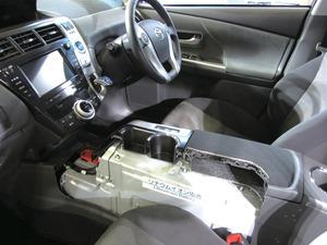 写真2プリウスα3列シート車のカットモデル