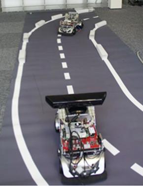 画像3(右) 画像2の撮影風景。手前のRoboCarにKinectを搭載
