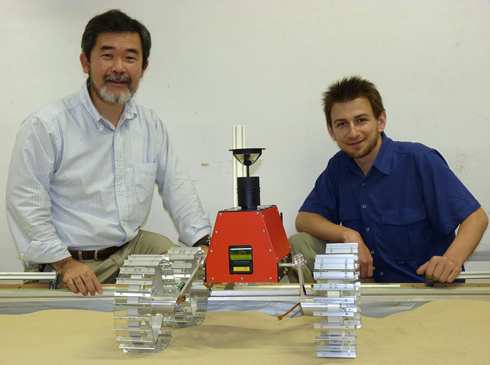 吉田和哉教授(左)とローバー担当のNathan Britton氏(右)