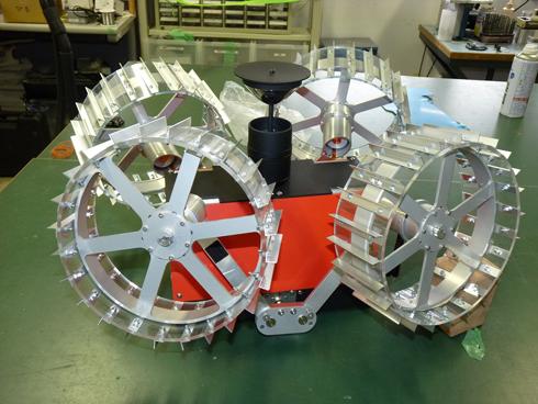 ランダーに搭載時、ローバーは車輪を畳んでコンパクトになる仕組み