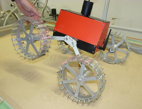 左右の車輪が独立して動くので、10cmくらいの岩なら簡単に乗り越えられる