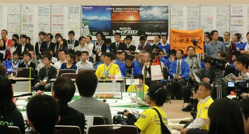各チームの応援団も集まり、熱気に満ちた会場