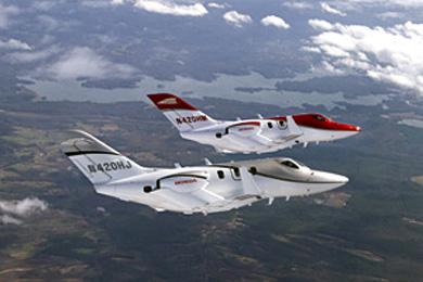 HondaJet量産型初号機(シルバーの機体)と3号機(赤い機体)の飛行の様子