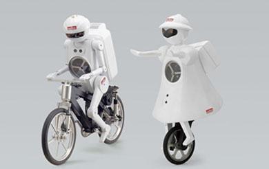 村田製作所の自転車型ロボット「ムラタセイサク君」と一輪車型ロボット「ムラタセイコちゃん」
