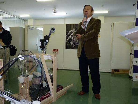 「原発対応版Quince」について、記者会見で説明する小柳栄次氏