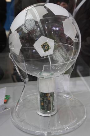 「RedFIR」を組み込んだサッカーボールのスケルトンモデル