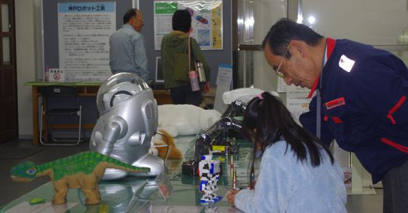 神戸ロボット工房のロボット常設展示室では、産業用ロボットやホビーロボットの操作体験ができる
