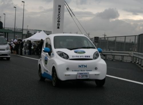 新東名高速道路を快走する2人乗り小型EV