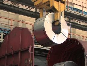 鉄道貨車などで運び込まれた圧延鋼板