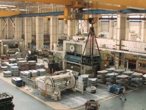 打ち抜き加工された鋼板が大量に並べられている