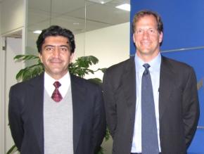 MaximのKent Robinett氏(右)とNaveed Majid氏