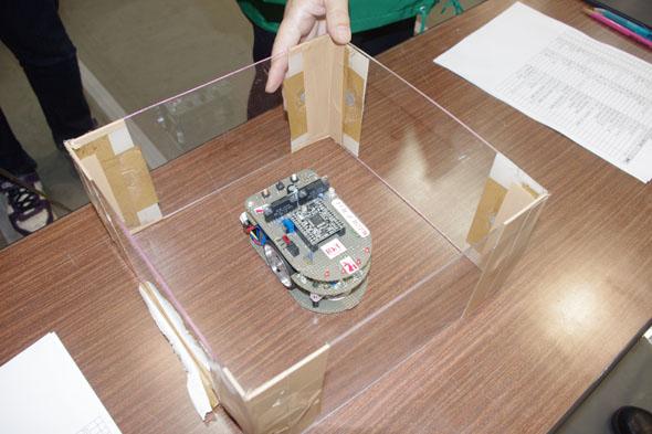 マイクロマウスクラシック競技に出場するマイクロマウスが車検を受けている様子