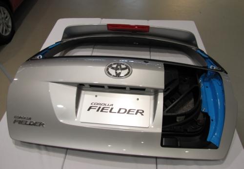 「カローラ フィールダー」に採用された樹脂バックドアのカットモデル