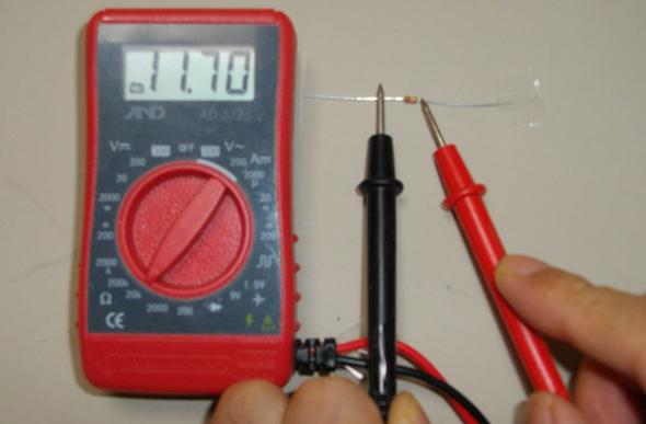 抵抗の値は、テスターで測る方が手早く確実
