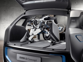 「BMW i3」の荷室に「BMW i Pedelec」を積み込んだ状態