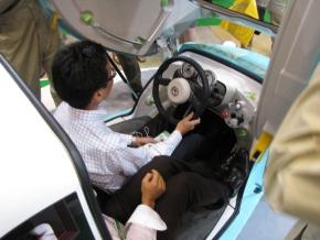 運転席と右斜め後ろの席に大人2人が乗った状態