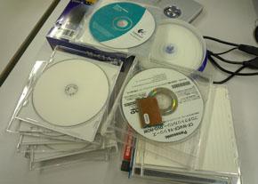 整理されていないCD-ROMの山が