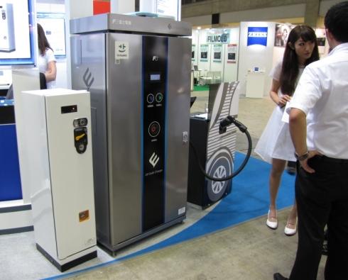 富士電機の出力25kWのEV用急速充電器「FRCM25C」とコイン式課金装置