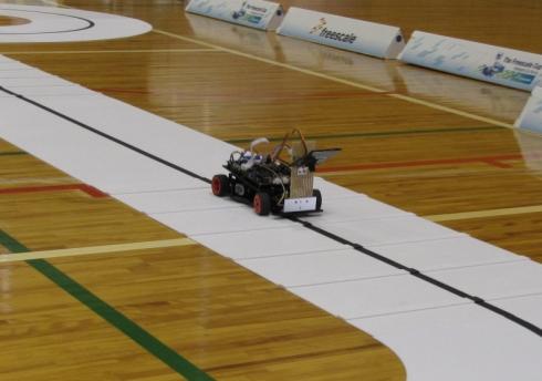 競技コースを走行するロボットカー