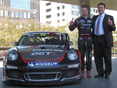 「OGT! Racing」のレースカー、ドライバーのイゴール・スシュコ氏(左)、フリースケールのデイビッド・M・ユーゼ氏