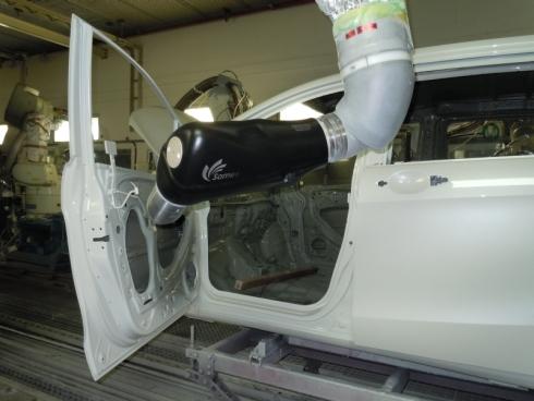 「Honda S. E. 塗装」と新開発の壁掛け塗装ロボットシステムを用いた塗装の様子