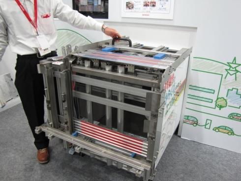 インサートが、赤色のテープを貼った表側に向いて整列する!