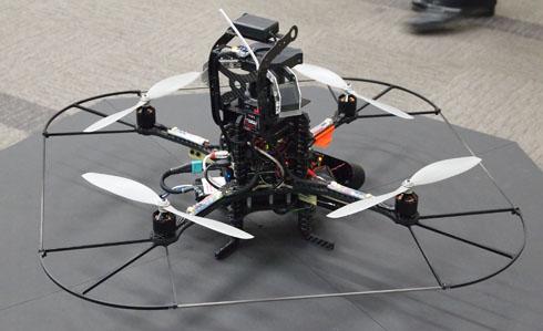 自律型の小型飛行監視ロボット
