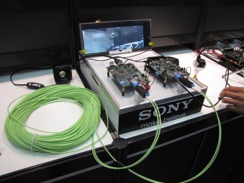 100mの光ケーブルを介してHD映像を伝送するデモ