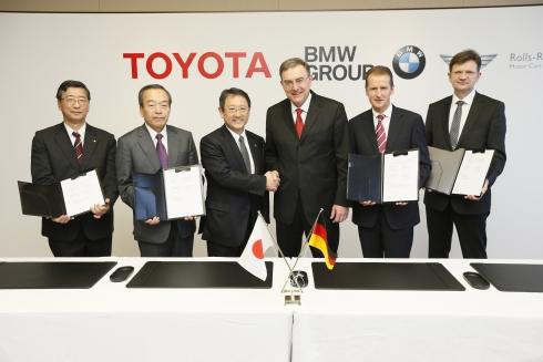 協業に関する正式契約を締結するトヨタ自動車とBMWの経営陣